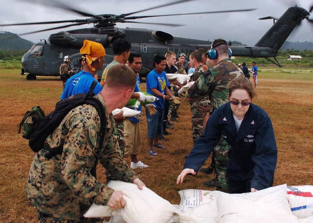 Sabang, Indonésie (24. ledna 2005) - Nakládání pytlů s rýží do vrtulníku. Vrtulníky z Mine Countermeasures Squadron One Five (HM-15) and Helicopter Combat Support Squadron Five (HC-5) denně dodávaly jídlo do oblastí postižených tsunami z 26. prosince 2004. Foto U.S. Navy, Stephanie Lynne Johnson.